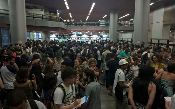 里約搖滾節即將開始 領票者擠滿地鐵站