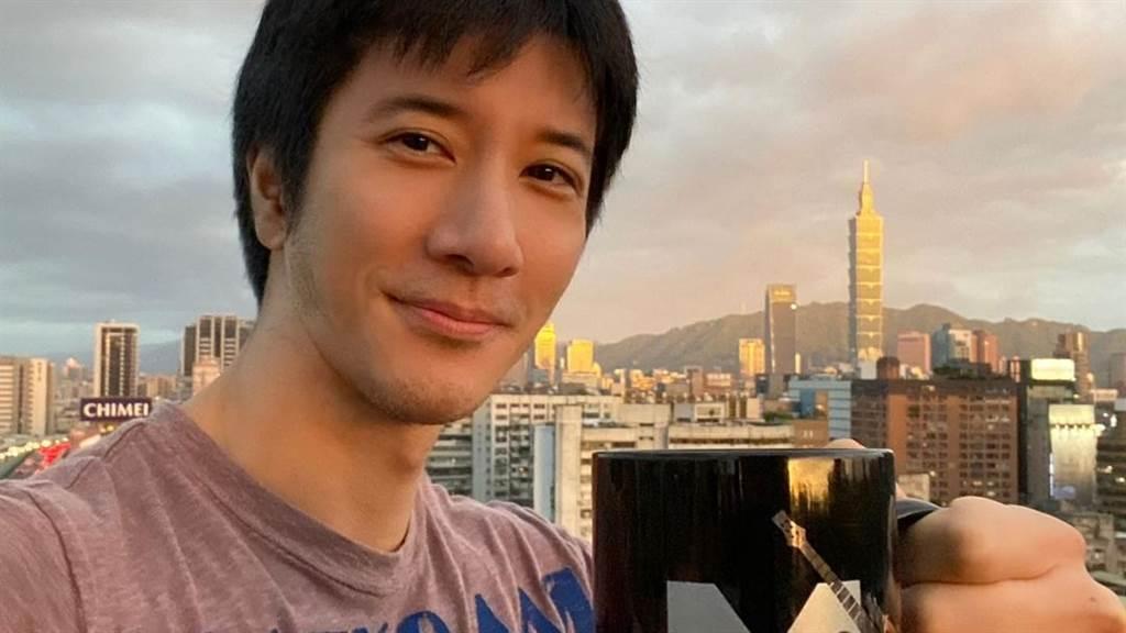王力宏曾被好友酸襪子破了還在穿,如今真實原因曝光讓網友相當感動。